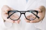 oftalmologo-mostrando-par-anteojos_mayorista-lentes-sol-sunglass-wholesale